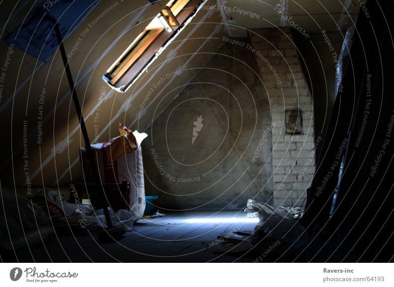 Vom Staube verweht. Dach dunkel Dachboden Baustelle Renovieren Sonnenstrahlen Fenster Besen schwarz eng Vorfreude Arbeit & Erwerbstätigkeit Innenaufnahme oben