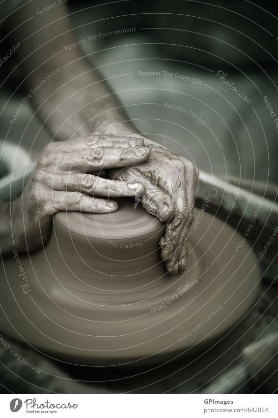 Hände arbeiten an der Töpferscheibe Topf Freizeit & Hobby Handarbeit Entertainment Schule Lehrer Arbeit & Erwerbstätigkeit Mensch Mann Erwachsene Finger Kunst
