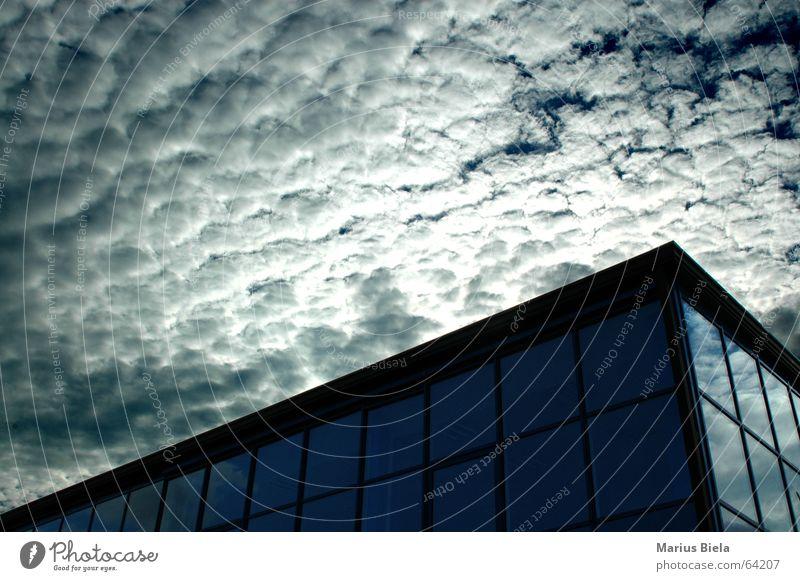 Wolkenschnitt Himmel dunkel Fenster Gebäude Hochhaus Spiegel UFO