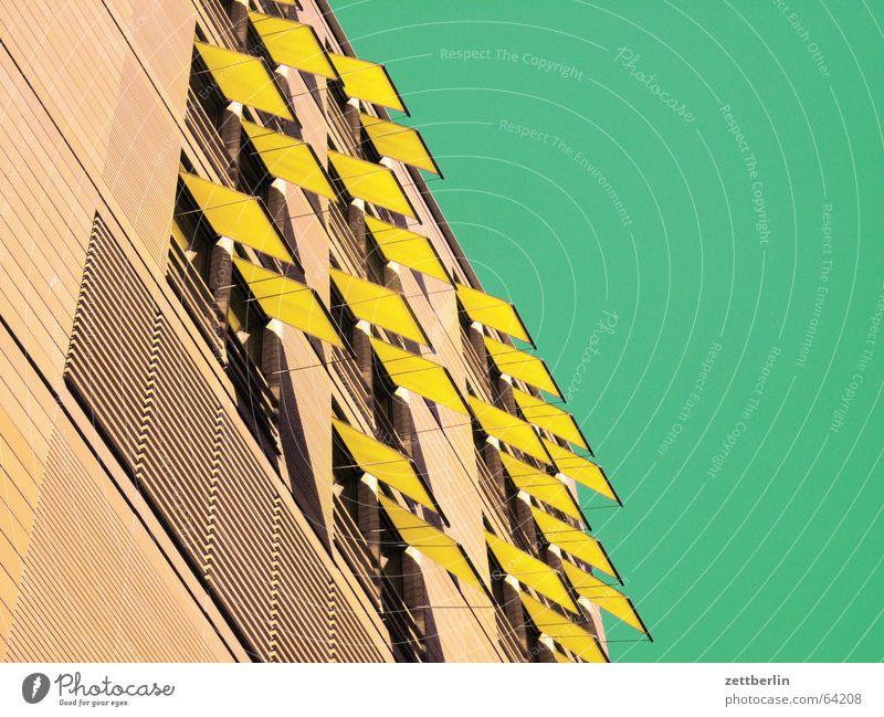 Mittlere Wohnlage III Haus Markise Balkon Loggia Neubau Sommer himmelgrün Wetterschutz