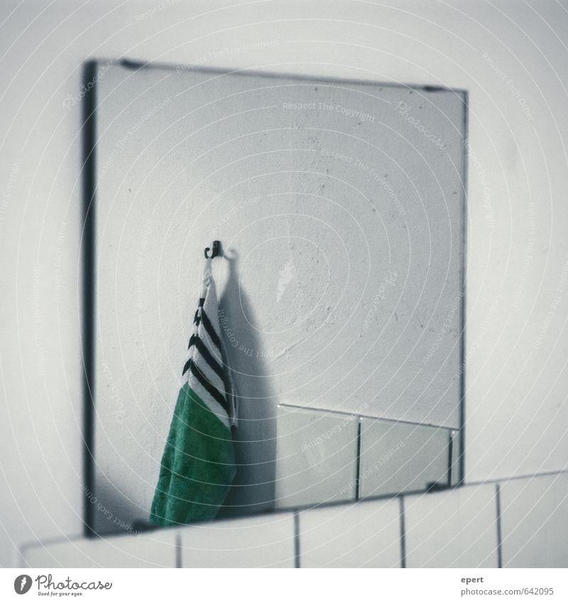 Abbildungen Einsamkeit kalt Wand Mauer Häusliches Leben Perspektive einfach Sauberkeit Kultur Bad Fliesen u. Kacheln Spiegel hängen stagnierend Handtuch Haken