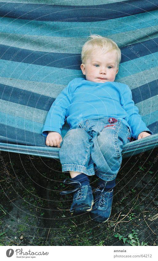 dreaming boy Kind blau Leben Erholung Junge träumen blond klein schlafen Jeanshose Streifen Müdigkeit Süßwaren lässig verträumt Hängematte