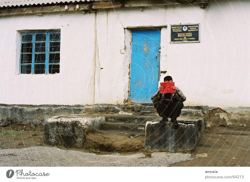 red book alt blau rot Fenster warten Buch Tür Treppe lesen verstecken Russland Tarnung erinnern Medien gesichtslos