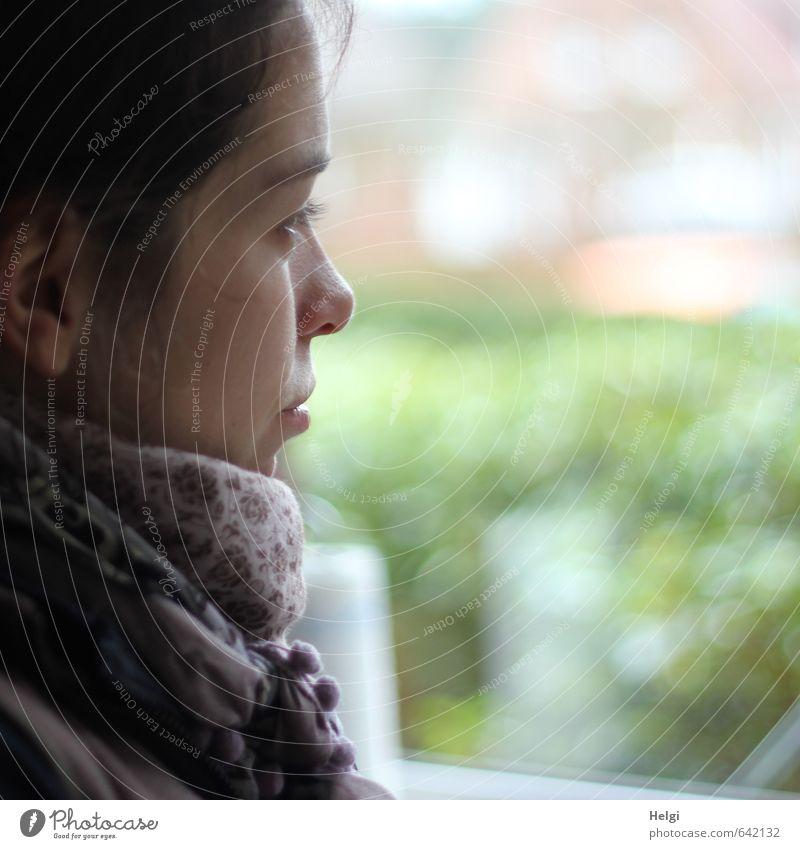 verträumt... Mensch Jugendliche schön grün weiß Einsamkeit Junge Frau ruhig 18-30 Jahre Gesicht Erwachsene Leben Traurigkeit Gefühle feminin grau