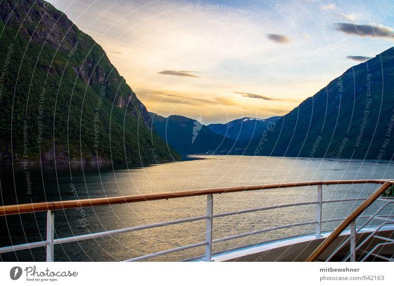 Abendstimmung im Fjord Ferien & Urlaub & Reisen Einsamkeit Erholung Landschaft ruhig Ferne Berge u. Gebirge Gefühle Küste Wasserfahrzeug Horizont Stimmung