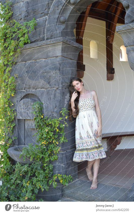 junge Frau im Sommer Mensch feminin Junge Frau Jugendliche Erwachsene 1 18-30 Jahre Schönes Wetter Kleid brünett langhaarig Scheitel Glück Zufriedenheit