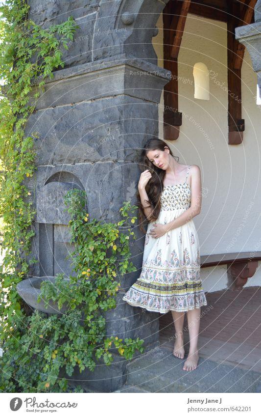 junge Frau im Sommer 2 Mensch feminin Junge Frau Jugendliche Erwachsene 1 18-30 Jahre Schönes Wetter Kleid Barfuß brünett langhaarig Scheitel Glück