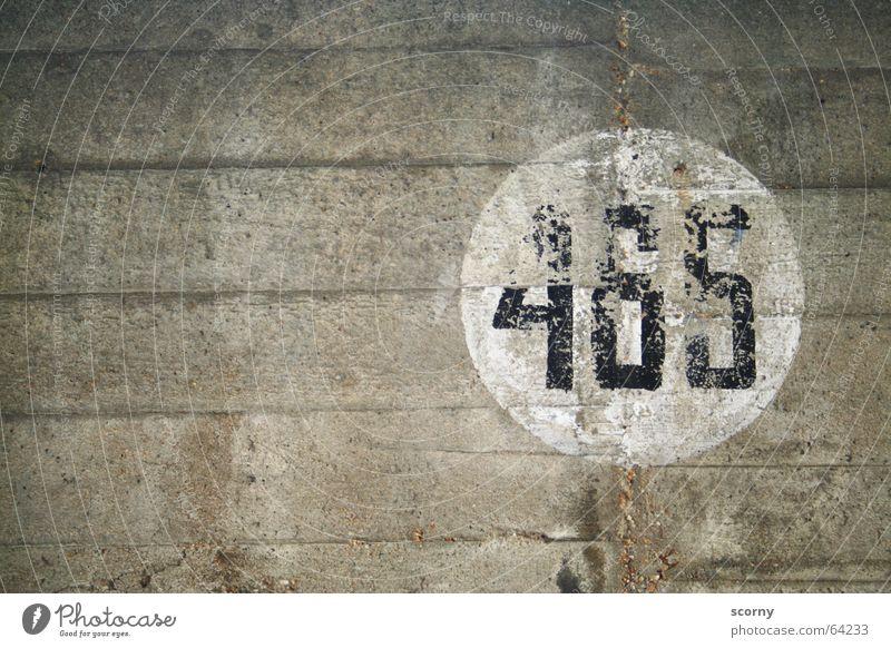 465 rund Mauer Parkhaus Wand Ziffern & Zahlen weiß schwarz grau Vergänglichkeit Zahn der Zeit vierhundertfünfundsechzig Kreis Riss Schatten