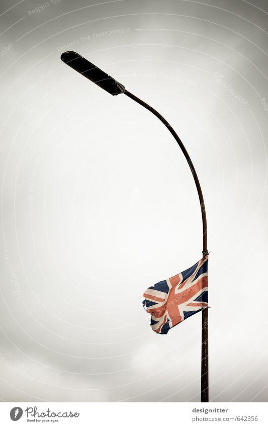 Jack auf Halbmast Dekoration & Verzierung Belfast Nordirland Großbritannien England Europa Stadt Straßenbeleuchtung Zeichen Fahne alt bedrohlich kaputt wild rot