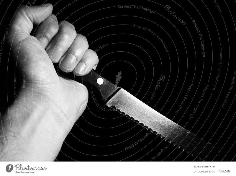 the knife dunkel gefährlich Panik gruselig Horrorfilm geschnitten stechen Angriff Hand schwarz Messer brotmesser Angst bedrohlich Schwarzweißfoto Klinge