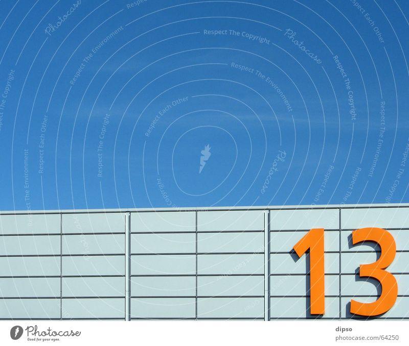 Dreizehn die 1. Himmel blau hell orange Ziffern & Zahlen Messe silber Lagerhalle Aluminium 13 Symbole & Metaphern Messehalle Freitag der 13.