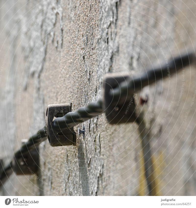 Energie! alt schwarz Farbe Wand Linie Feste & Feiern Fassade Energiewirtschaft Elektrizität Kabel festhalten Schnur drehen Putz fließen Befestigung