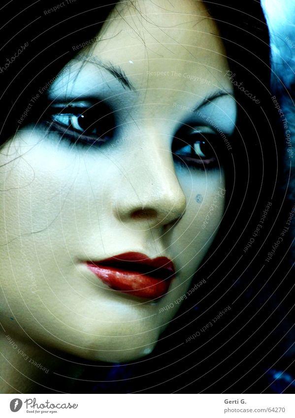Gesicht einer ausdrucksstarken Puppe, wirkt düster Schaufensterpuppe verträumt Lippen Frau Kosmetik Lippenstift Lidschatten rot Hautfarbe mehrfarbig Dinge