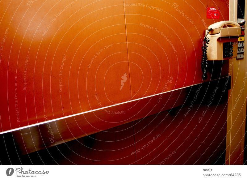 Fahrstuhl zum... orange Telefon eng aufwärts abwärts Notfall