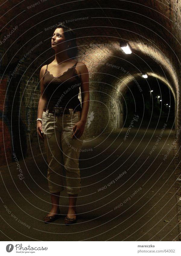 Am Ende des Tunnels Frau Einsamkeit dunkel Denken Graffiti leer stehen Ende Tunnel Wachsamkeit Respekt stagnierend Bewunderung Tunnelblick