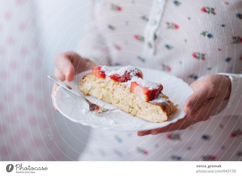 Erdbeerkuchen Mensch schön feminin Lebensmittel ästhetisch genießen Ernährung Romantik Süßwaren lecker Bioprodukte Frühstück Kuchen leicht Vorfreude Dessert