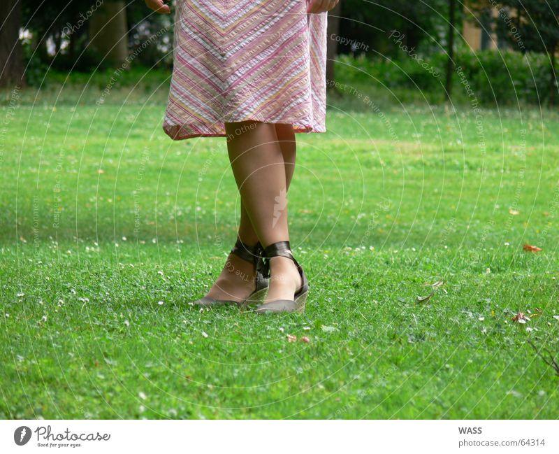 Schöne Füße Mensch schön Wiese Fuß Park Schuhe Beine
