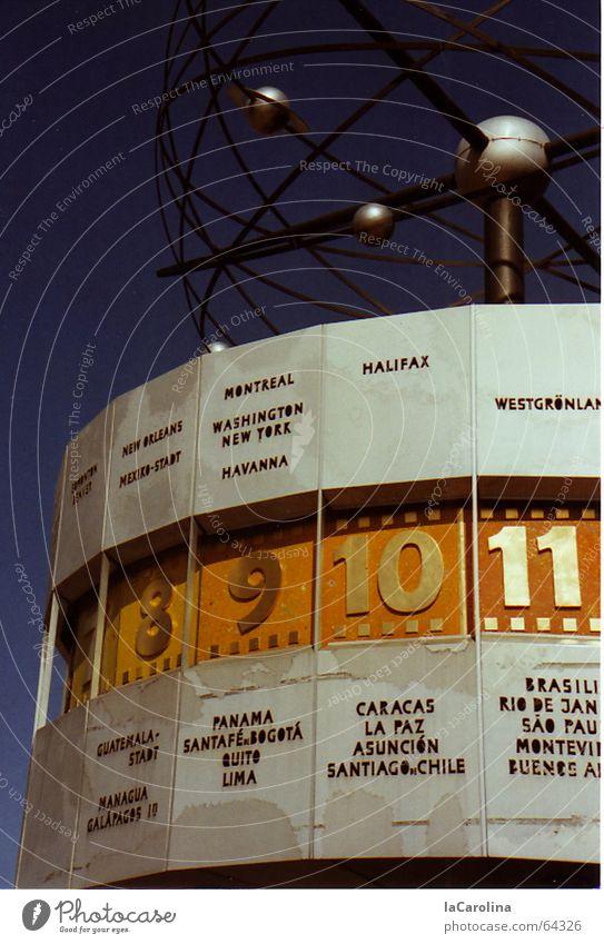 die Zeit läuft... Weltzeituhr Kunst Uhr Ziffern & Zahlen rund Alexanderplatz Außenaufnahme Berlin blau Himmel DDR