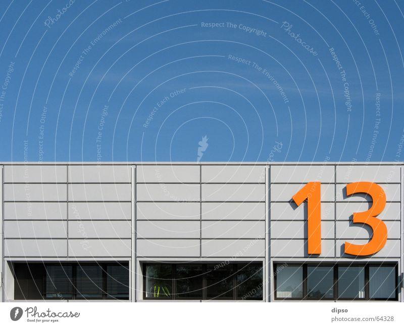 Dreizehn die 2. Himmel blau Sommer Arbeit & Erwerbstätigkeit Fenster orange Ziffern & Zahlen Messe Lagerhalle Halle Symmetrie Arbeitsplatz 13 Messehalle Freitag der 13.