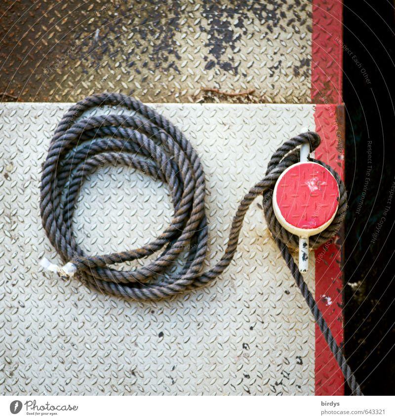 angelegt und festgemacht weiß rot Ordnung authentisch ästhetisch Seil rund Sicherheit Schifffahrt Anlegestelle Schiffstau