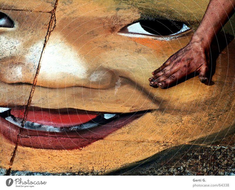 Straßenmalkunst, Portrait eines Babygesichtes auf Steinplatten mit der Hand des Künstlers im Bild Asphalt böse rot schwarz Gemälde Kunst Straßenmaler