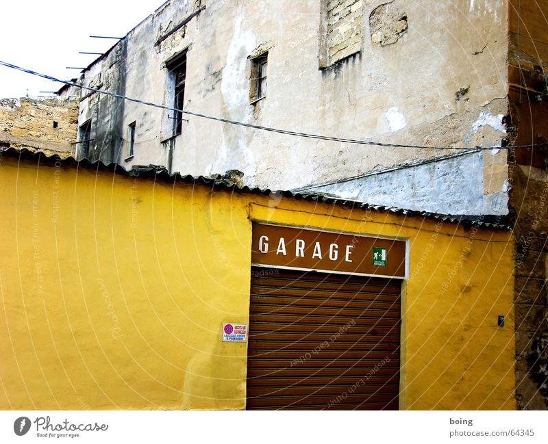 Silkes Einschulung 1983 Haus Kabel kaputt Italien Tor verfallen Handwerk Hinweisschild Werkstatt Ruine Parkplatz parken Garage Hinterhof Reparatur Süden