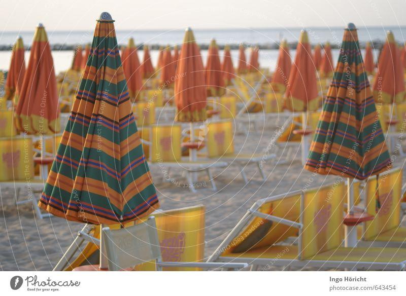 Wartestellung Ferien & Urlaub & Reisen Sommer Meer Erholung Strand gelb Schwimmen & Baden liegen Freizeit & Hobby orange warten Tourismus viele Sonnenbad