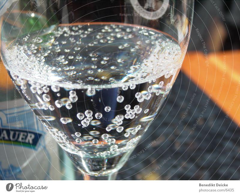 Perlen im Wasser Mineralwasser Café trinken Tisch Getränk Ernährung Glas
