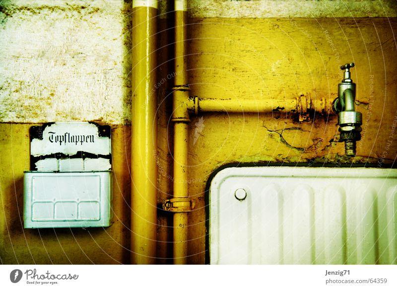 Küchendetail - junges Wohnen. alt Leben Wand retro Häusliches Leben Röhren Emaille Wasserhahn Becken Waschbecken verwohnt Klempner