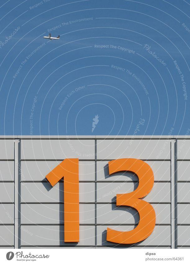 Dreizehn die 3. Himmel blau Arbeit & Erwerbstätigkeit hell orange Flugzeug Ziffern & Zahlen Messe silber Lagerhalle Aluminium 13 Messehalle Freitag der 13.