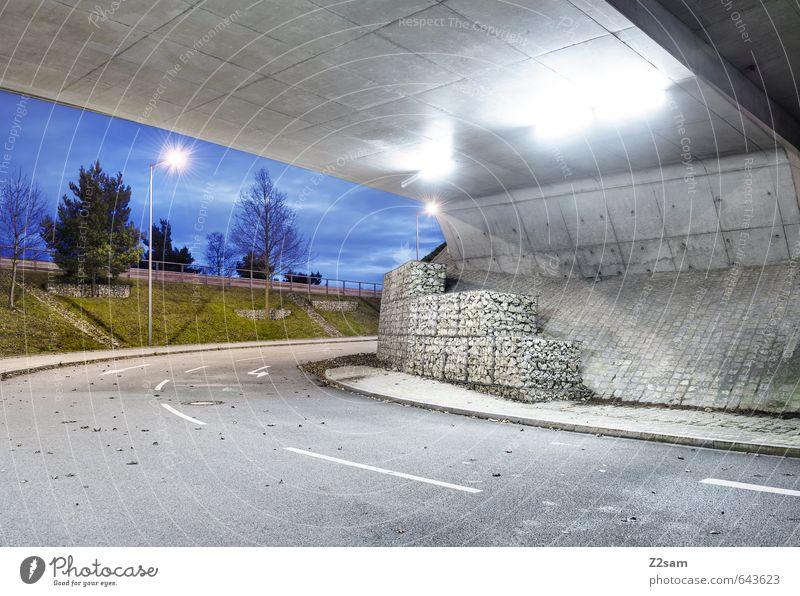Ums Eck Himmel Stadt Baum Einsamkeit kalt Straße Architektur Design elegant Ordnung modern trist ästhetisch Sträucher einfach Brücke