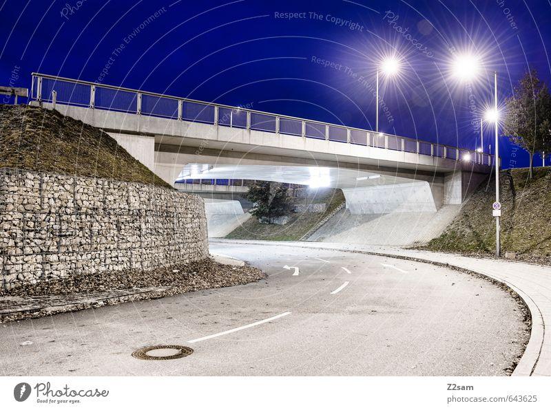 blaue Stunde Stadt überbevölkert Brücke Tunnel Bauwerk Architektur Verkehrswege Straße ästhetisch kalt modern Sauberkeit Design Einsamkeit Energie innovativ