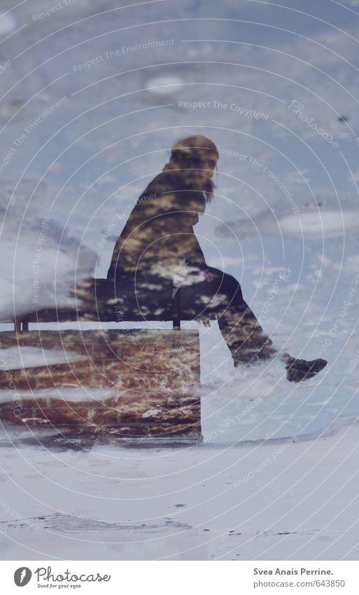 Spiegel zur Welt. feminin Junge Frau Jugendliche Beine Fuß 1 Mensch 18-30 Jahre Erwachsene schlechtes Wetter Pfütze Haus Schornstein Bekleidung sitzen nass