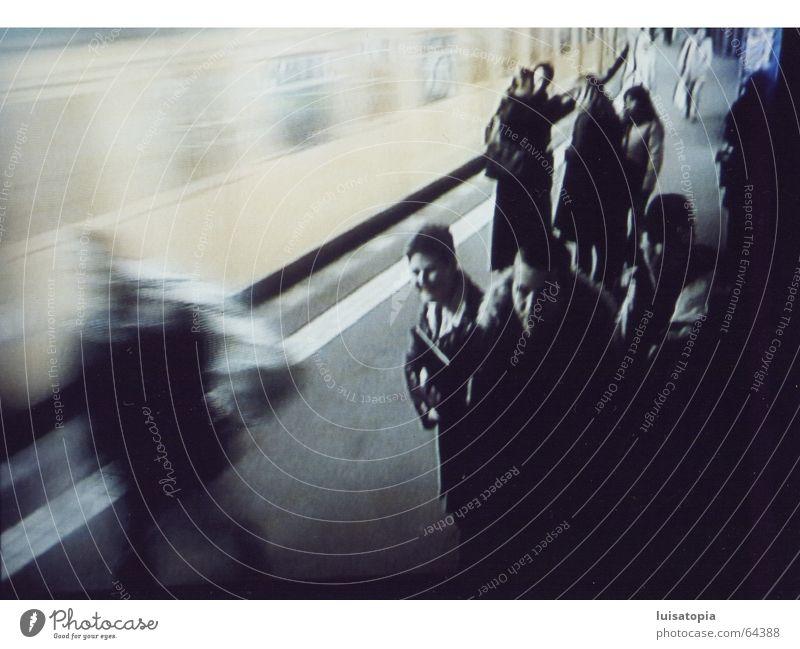 train of consciousness U-Bahn Überwachung Bildschirm Mensch Bewegung sprechen Berlin matt verrückt U-Bahnstation