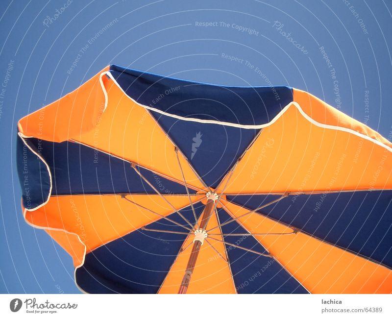 Schirm Himmel Meer blau Sommer Strand Ferien & Urlaub & Reisen gelb Küste Wind Freizeit & Hobby Streifen Sonnenschirm Sonnenbad Anschnitt Badestelle