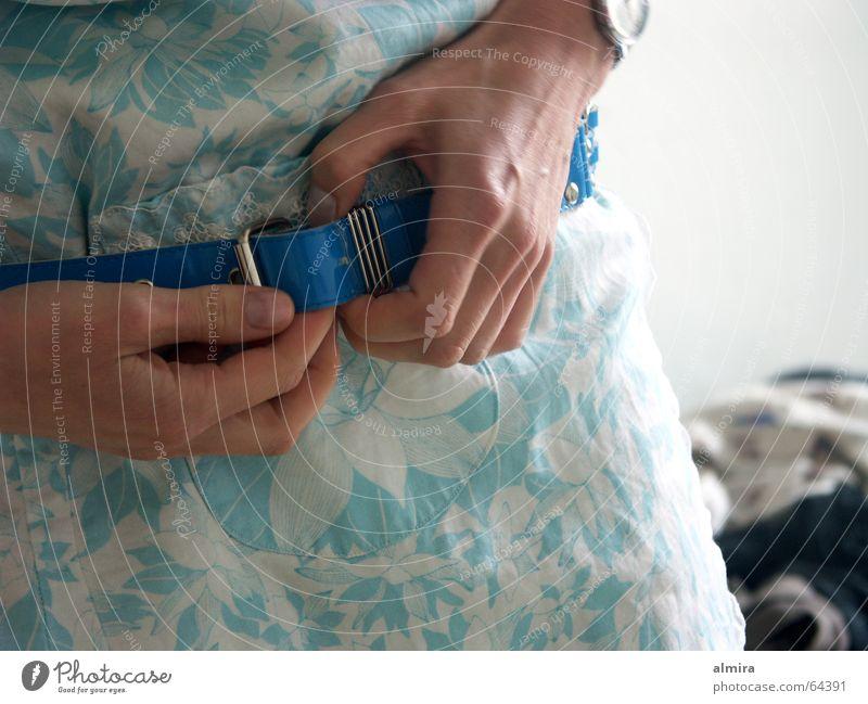 Morgenschönheit (2) Frau Hand blau Finger Kleid dünn fein Gürtel anziehen Schnalle