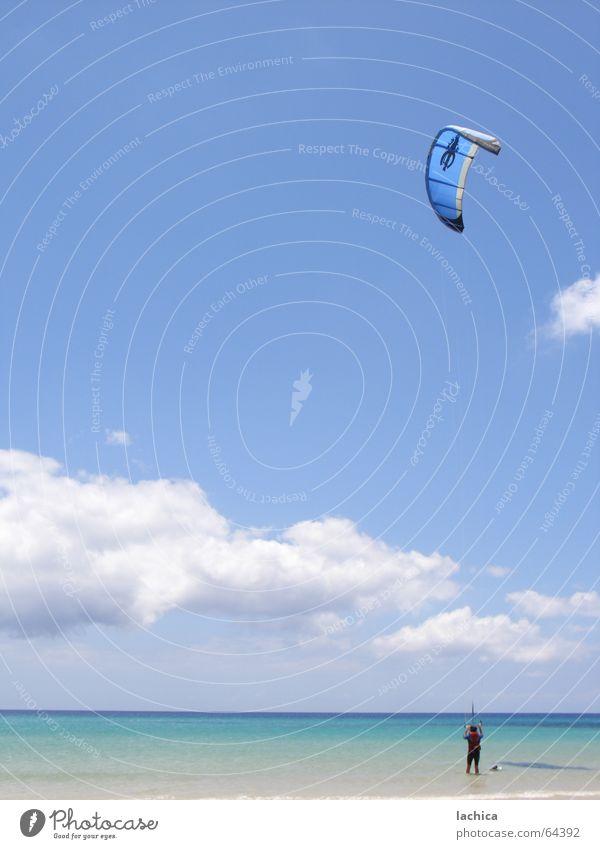 kitesurf Mensch Himmel blau Meer Strand Wolken Sport Spielen Freiheit Küste Kraft Wind maskulin Energiewirtschaft Klarheit Regenschirm