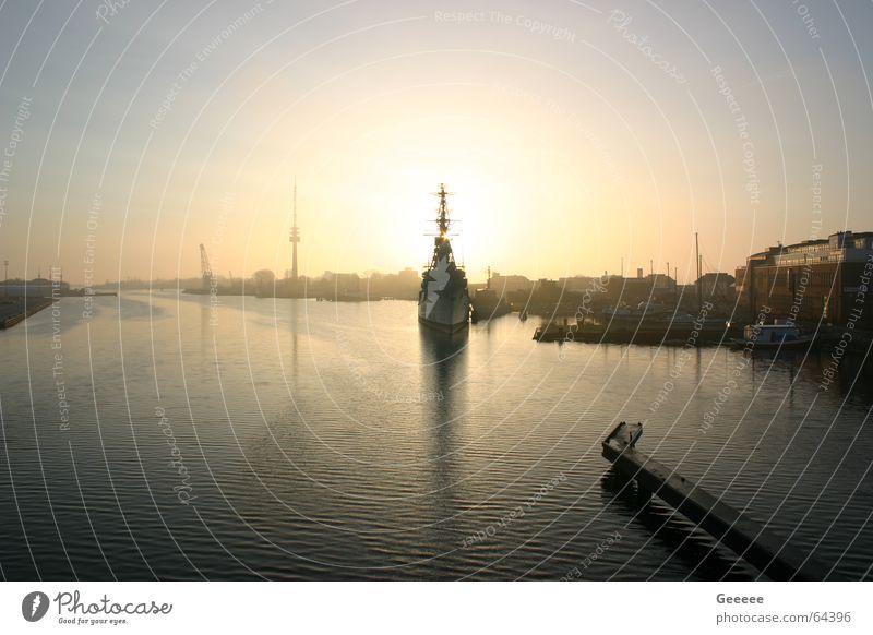 Hafen in Wilhelmshaven Wasserfahrzeug Zerstörer Sonnenaufgang