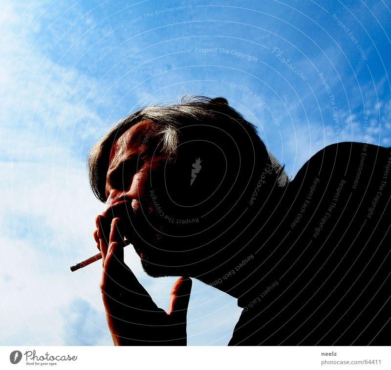 Blue behind the face Mann Hand Himmel Kopf Zufriedenheit Rauchen Zigarette himmelblau