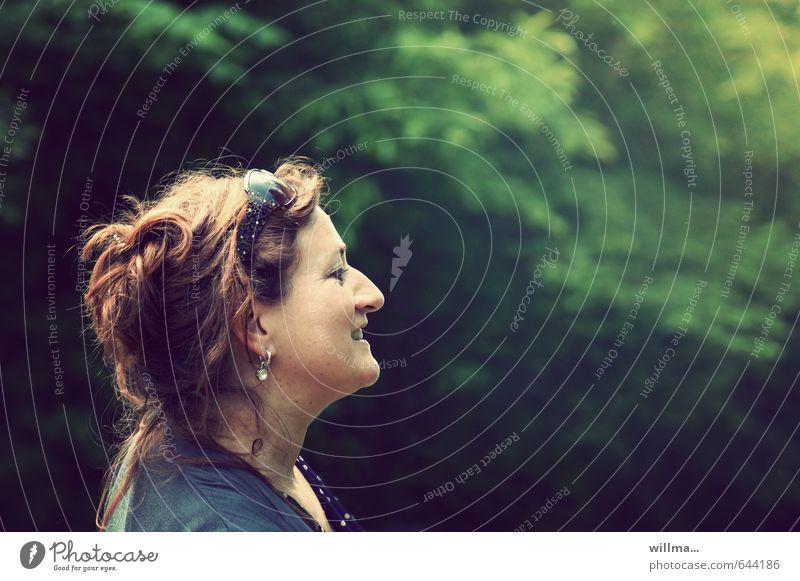 reife frau mit hochsteckfrisur im profil - die schönen momente im leben Freude Glück Frau Erwachsene 1 Mensch 30-45 Jahre 45-60 Jahre Sonnenbrille brünett