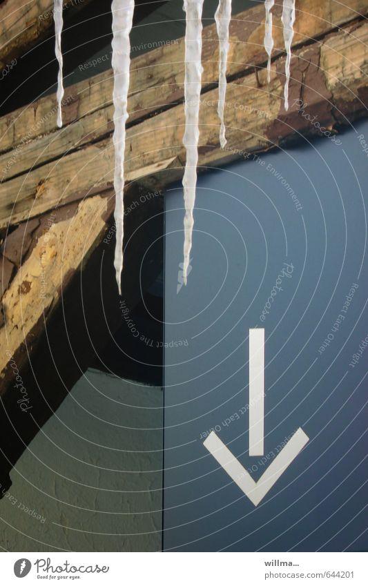 man weiß ja nie... blau Winter kalt braun Eis Frost Zeichen Pfeil abwärts Eiszapfen Balken richtungweisend Tauwetter