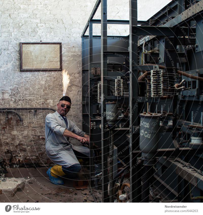 Merkwürden.... Mensch Mann dunkel Erwachsene Metall Arbeit & Erwerbstätigkeit Raum Energiewirtschaft gefährlich verrückt bedrohlich Technik & Technologie