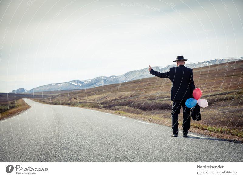Landstreicher Mensch Ferien & Urlaub & Reisen Mann Einsamkeit Ferne Erwachsene Berge u. Gebirge Straße Senior Wege & Pfade Freiheit maskulin Business laufen