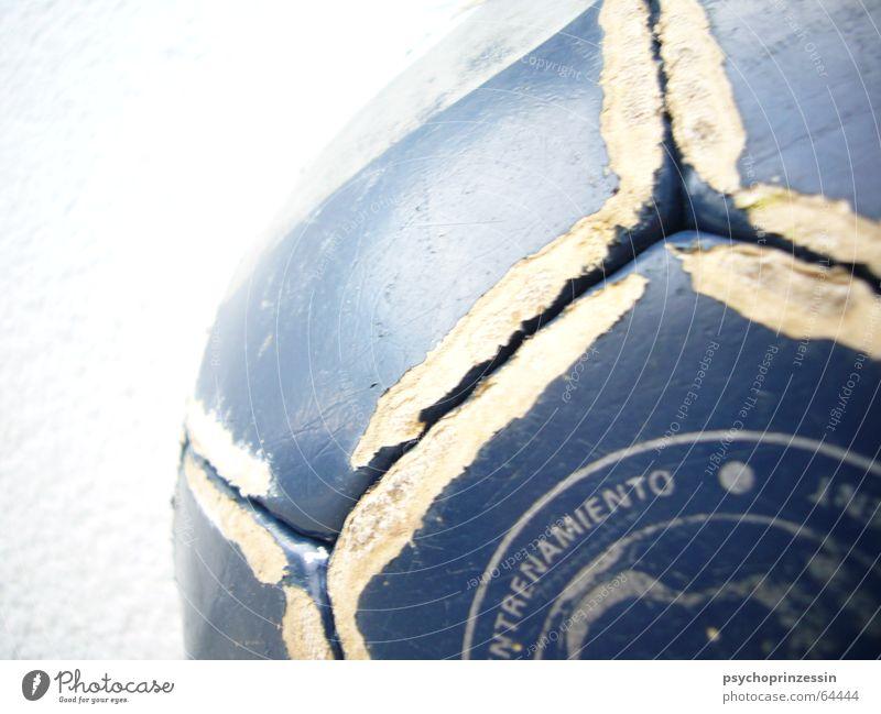 verspielt Leder Ball blau schäbig alt gebraucht Makroaufnahme 1 Detailaufnahme Fuge glänzend rund Kugel Farbfoto Menschenleer Fußball