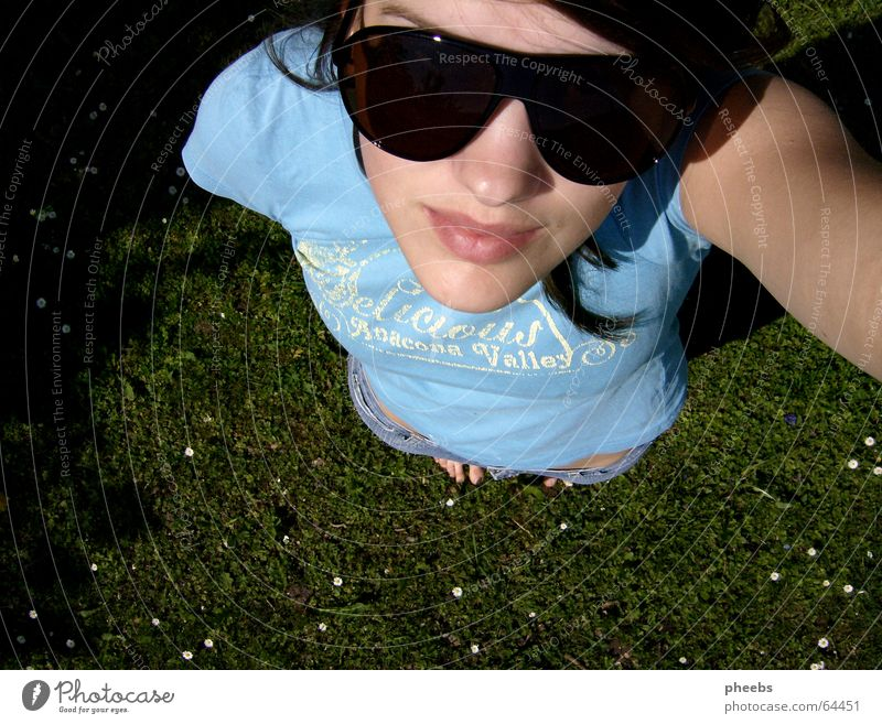 the sun is still shining Sonnenbrille Frau Wiese Gänseblümchen Gras Zehen klein groß Lippen Gesicht Himmel Blick hell Rasen aufwärts Mund Haare & Frisuren