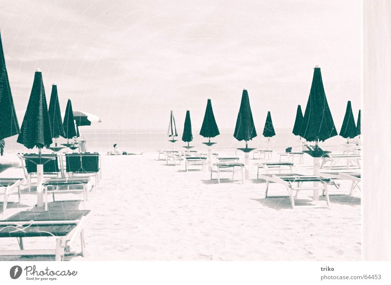 umbrellas Mann Meer Strand Ferien & Urlaub & Reisen Einsamkeit Erholung Sand geschlossen Italien Gelassenheit Sonnenschirm Sonnenbad Schutz