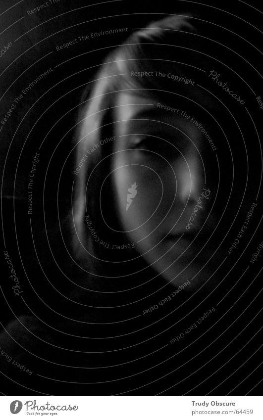 autopoiesis Mensch Frau feminin Lippen Porträt schwarz weiß dunkel Momentaufnahme Unschärfe Hälfte Scheitel Gesicht Auge Nase Mund Haare & Frisuren Schatten