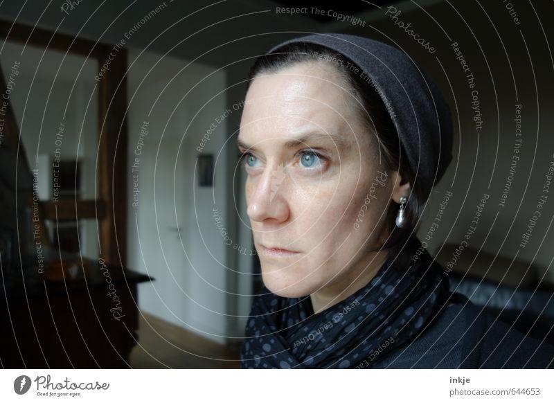 lange nachdenken Mensch Frau blau schwarz Gesicht Erwachsene Leben Traurigkeit Gefühle grau Stil Denken Wohnung Raum Häusliches Leben Lifestyle