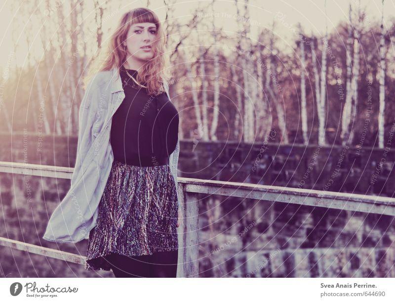 lila luft. Lifestyle Stil feminin Junge Frau Jugendliche 1 Mensch 18-30 Jahre Erwachsene Umwelt Baum Birkenwald Park Mode Bekleidung Hemd Rock Accessoire