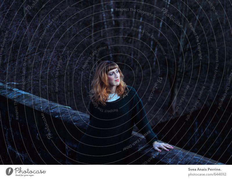 ausblick. feminin Junge Frau Jugendliche 1 Mensch 18-30 Jahre Erwachsene Bekleidung Pullover Haare & Frisuren rothaarig langhaarig beobachten schön einzigartig